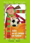 JULIE EN EL CAMPO DE FUTBOL